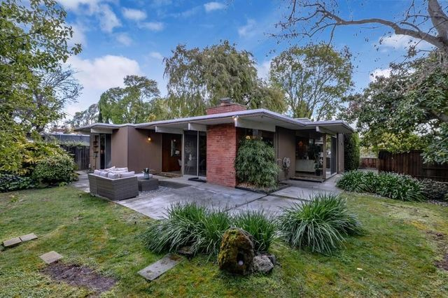 8a72b 9e8c031b4a197dc50cd912544b2079b5w c2680129655xd w640 h480 q80 Wave of 10 Eichler homes for sale makes a splash in Bay Area
