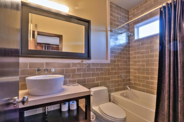 90eee guest bathroom 600x400 SF 49er Colin Kaepernick Selling his Bay Area Home For $2.9M