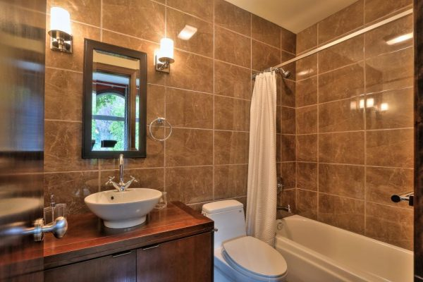 a96d9 guestbathroom 600x400 SF 49er Colin Kaepernick Selling his Bay Area Home For $2.9M